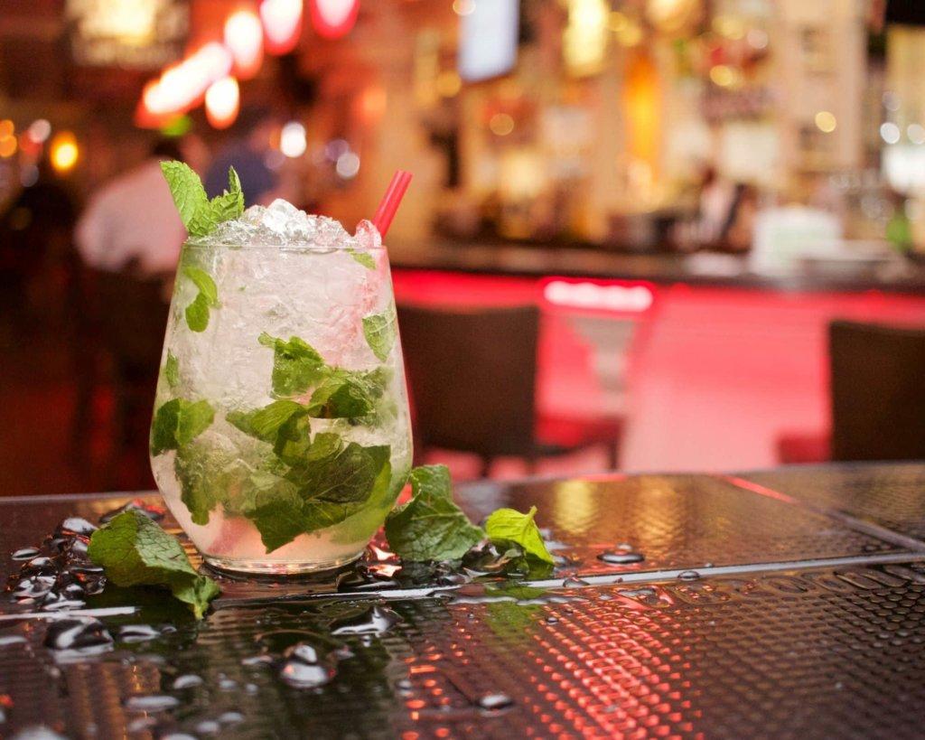 Ten Things Not To Do in Dubai - Don't Get Drunk. Mojito on the bar.