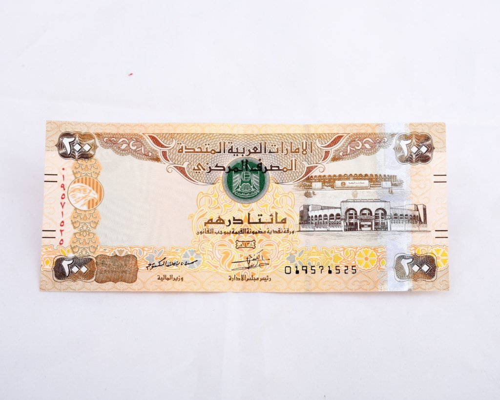 Ten Things Not To Do in Dubai - Don't Lose Track of your Finances. A crisp Dirham bill.