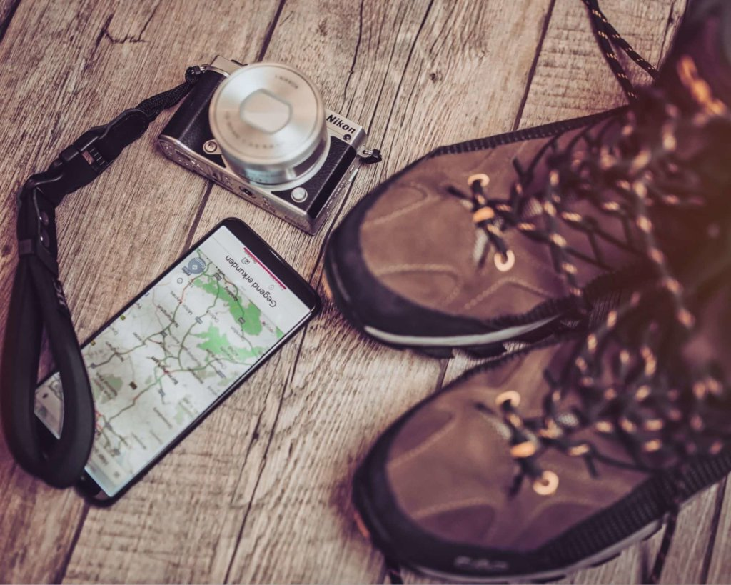 How to plana hiking trip - shows, phone, camera, map.
